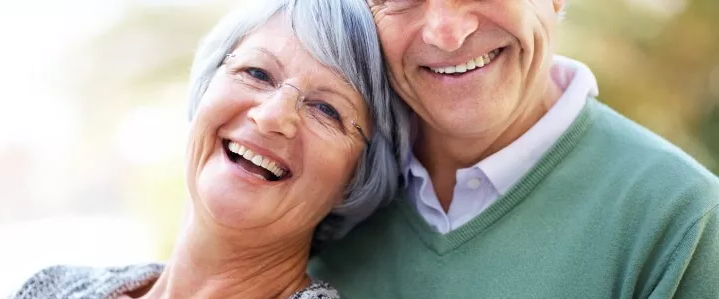 Бабушка с дедушкой улыбается
