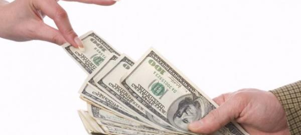 Женщина берет деньги в долг