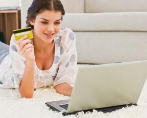 Девушка получила кредит онлайн и радуется