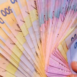 Парень получил кредит онлайн в Киеве и показывает деньги