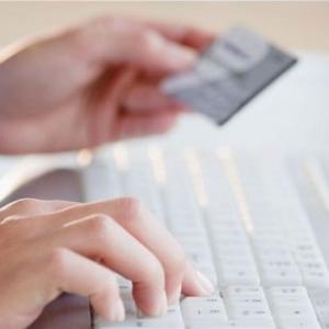 Девушка подает заявку на кредит онлайн
