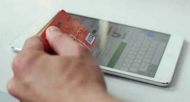 Парень заполняет заявку на кредит до зарплаты через планшет