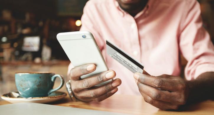 Мужчина оформляет кредит онлайн в Украине