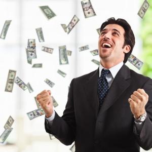 Мужчина получил деньги в долг и радуется