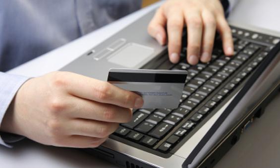 Мужчина заполняет заявку на микрокредит