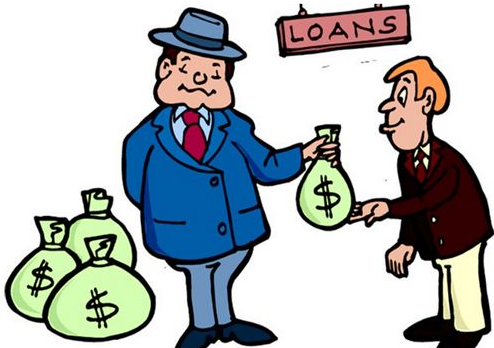 Мужчина забирает деньги у кредитора