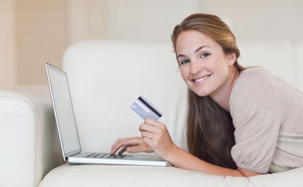 Женщина берет кредит
