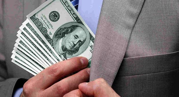 Мужчина прячет деньги в карман