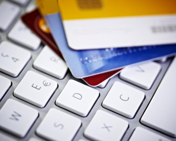 кредитные карты на клавиатуре
