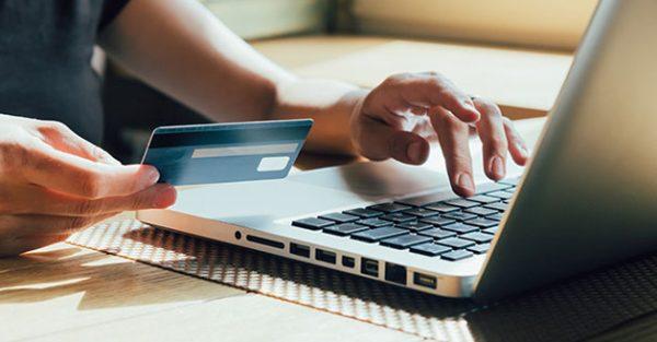 Женщина оформляет онлайн кредит