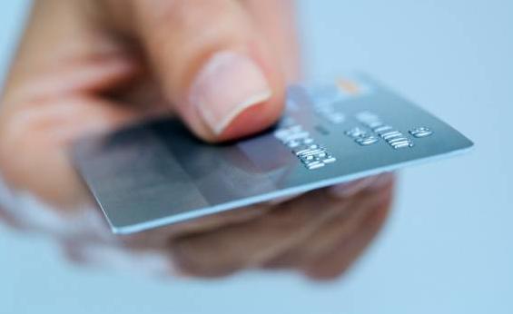 Кредитная карта в руке у женщины