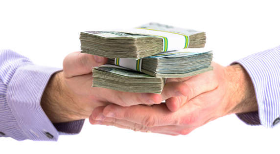 Банкир выдаёт кредит наличными